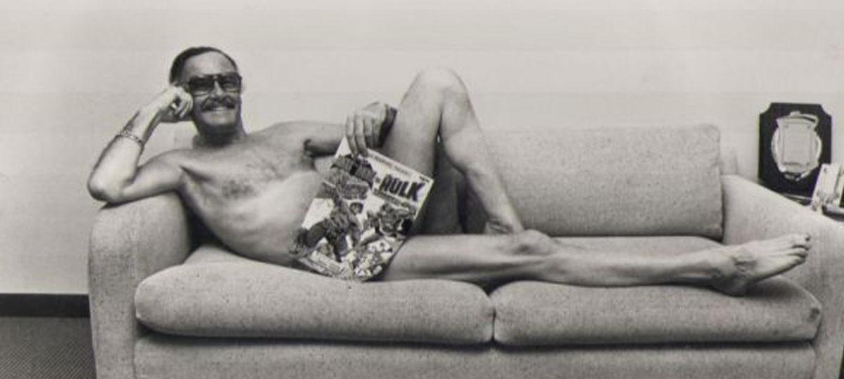 Stan Lee deitado sofa quadrinhos